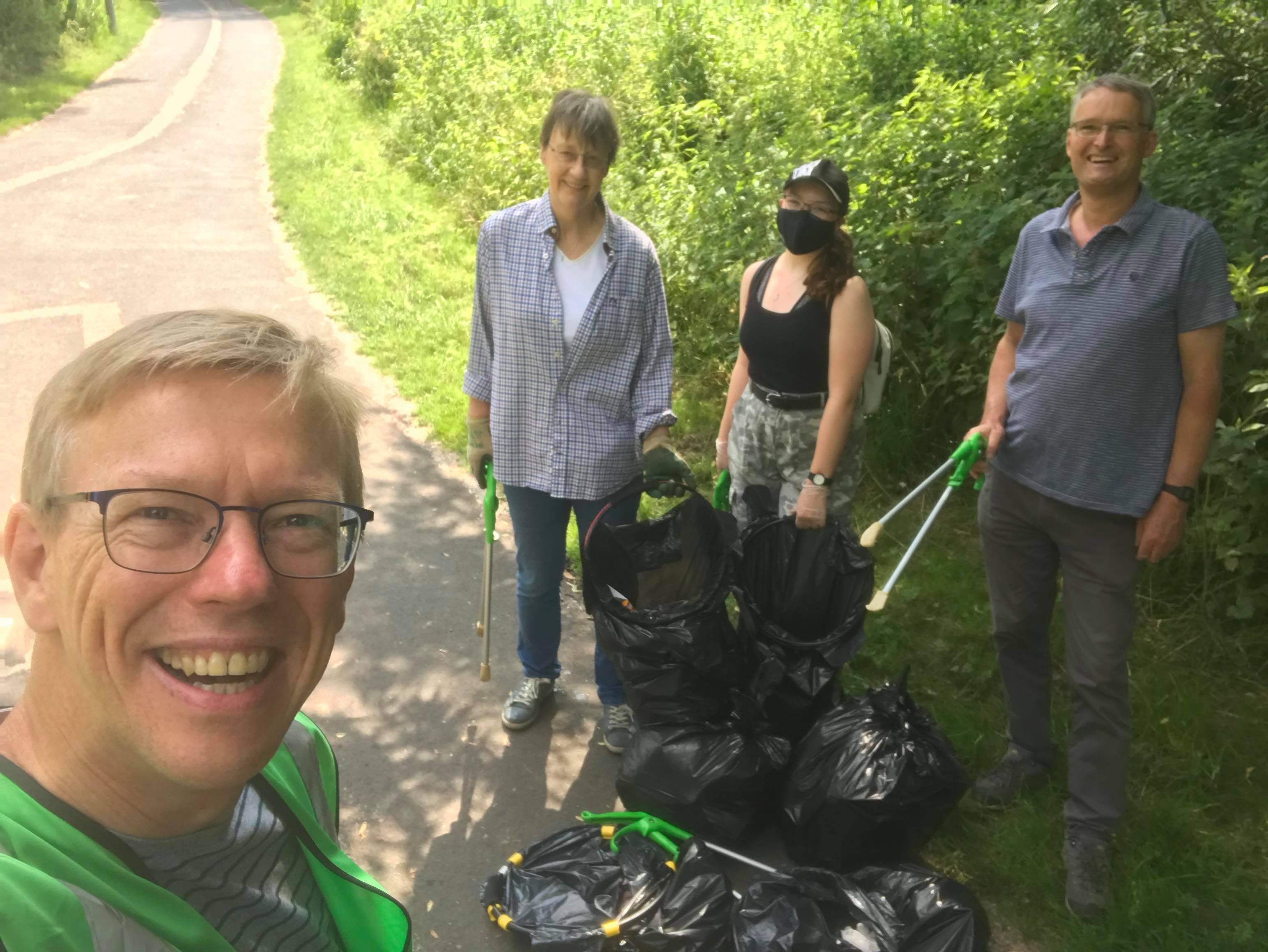 Volunteer litter pickers tackle rubbish in park
